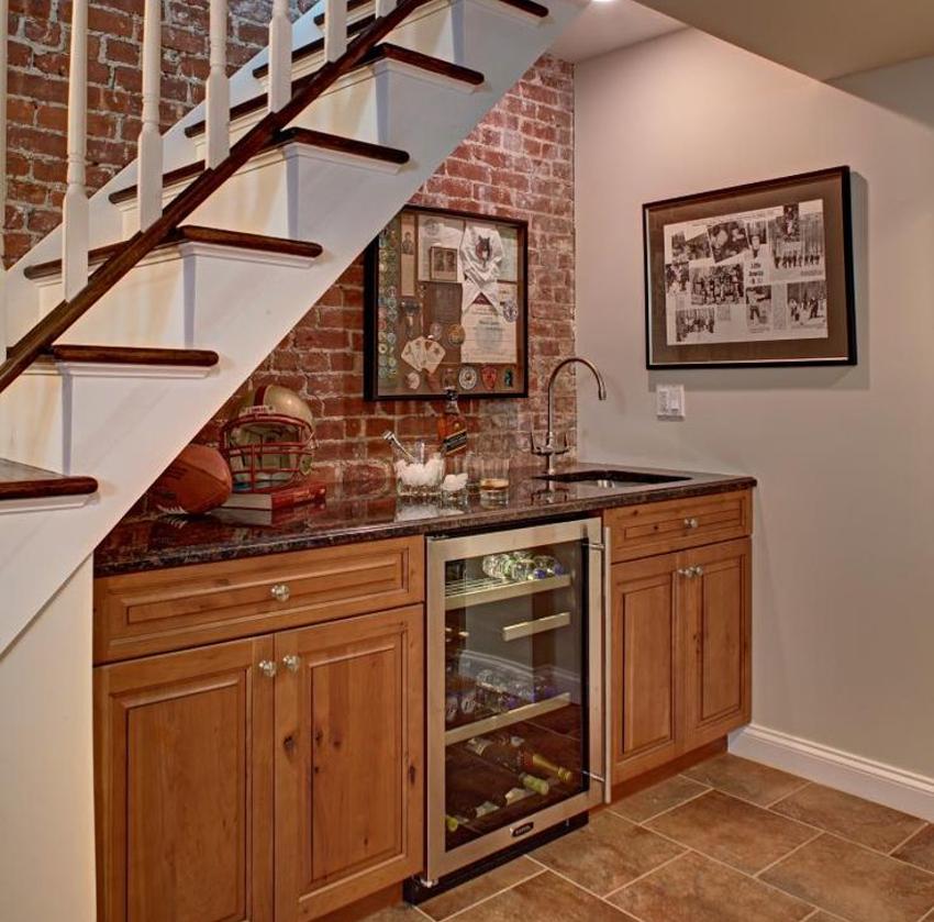 Зона приготовления пищи, размещенная под лестницей, имеет свои недостатки