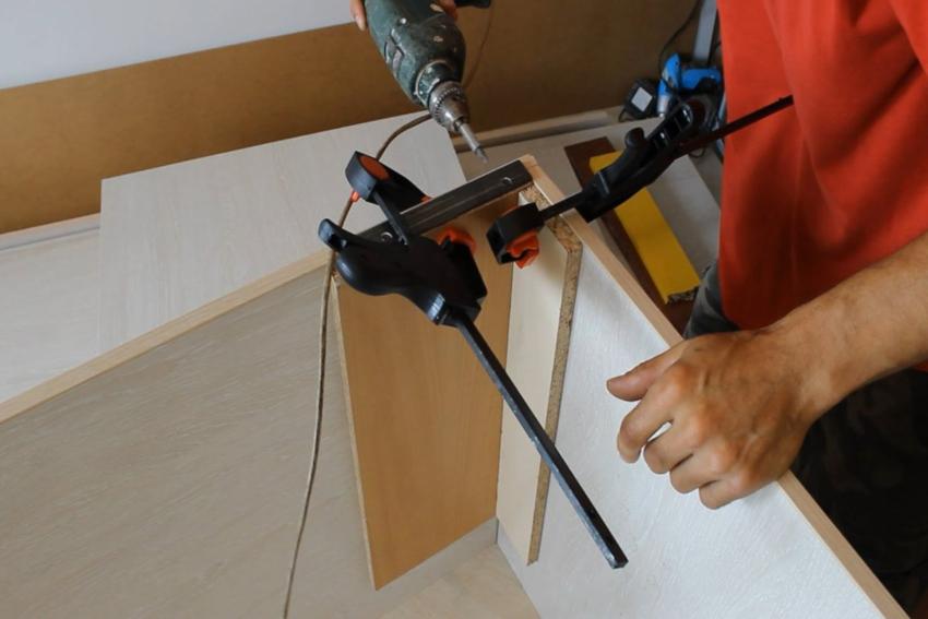 Основными инструментами для изготовления шкафа под лестницу являются дрель, электролобзик и шуруповерт