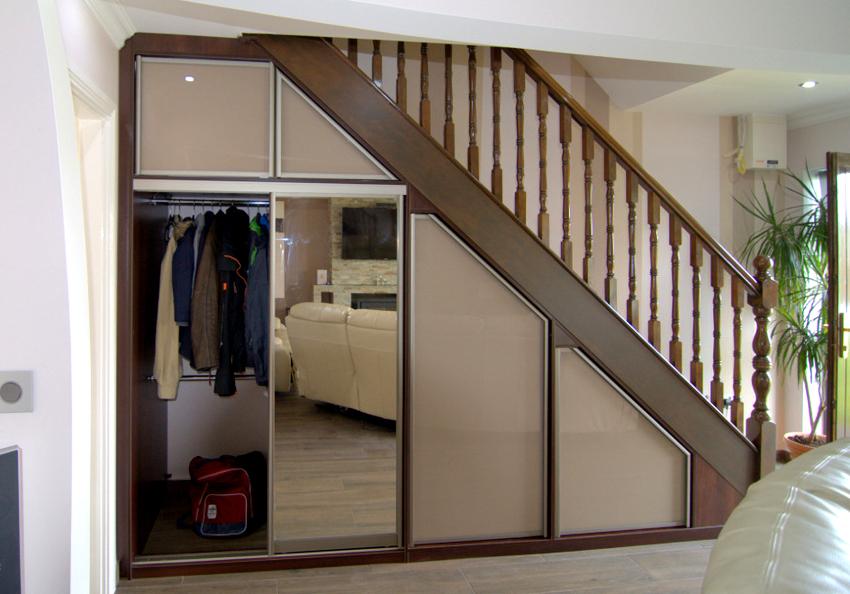 Шкаф-купе под лестницей позволяет компактно и незаметно хранить вещи