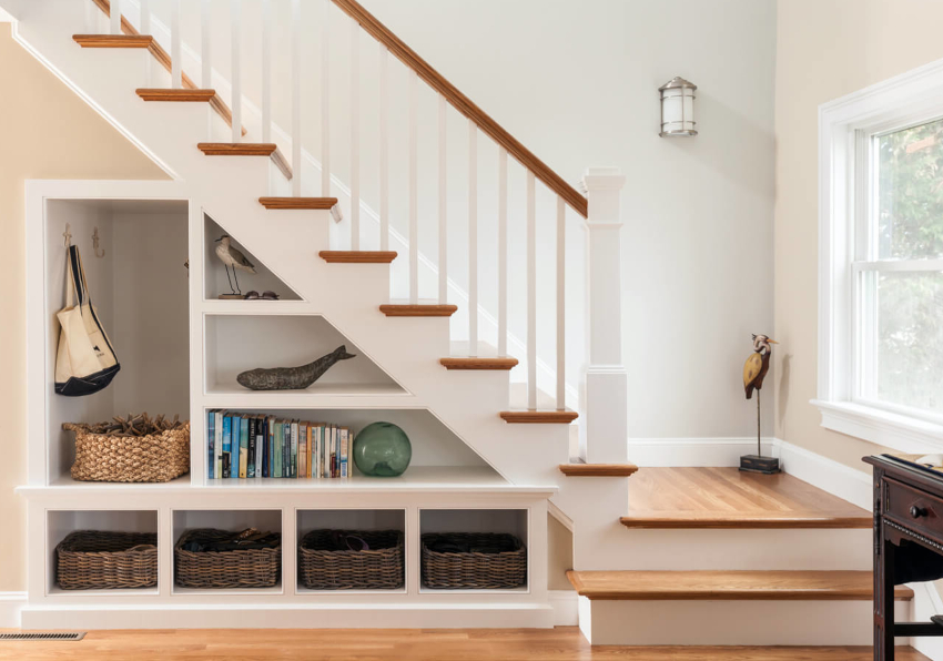 Перед началом строительства шкафа под лестницей нужно, определиться с тем, что в нем будет храниться