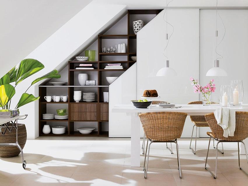 Полки шкафа под лестницей различной величины, дадут возможность разместить вещи с разными габаритами