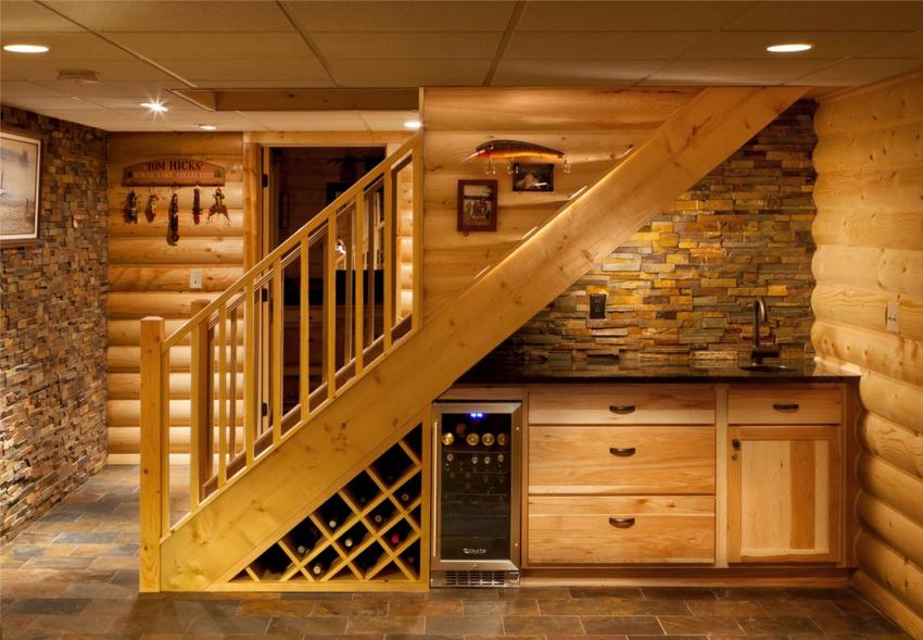 Если площадь под лестницей большая, можно установить шкаф и стеллажи разного вида конструкций