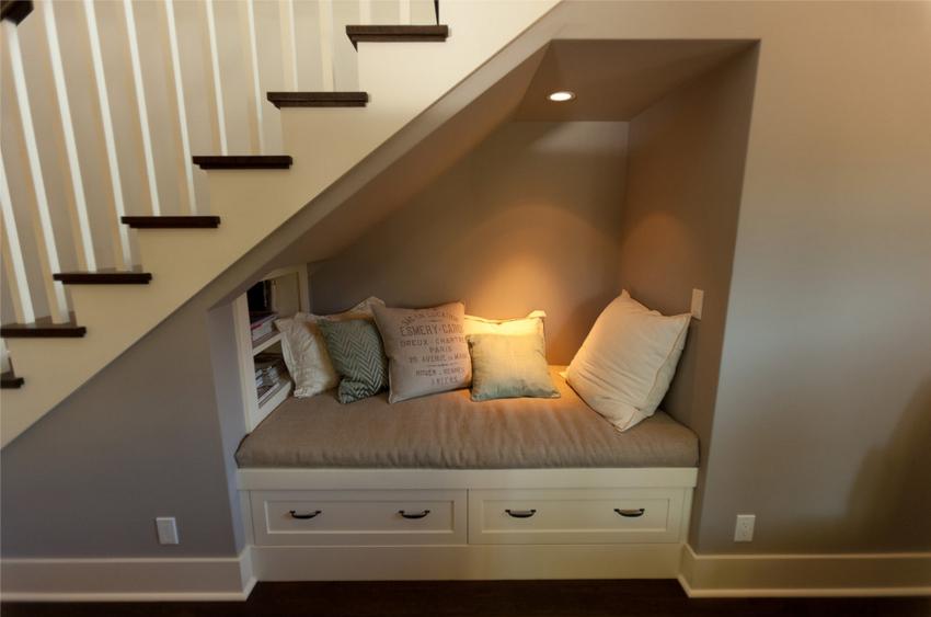 Под лестницу вместо шкафа можно установить и другие элементы мебели, стол, кровать, телевизор