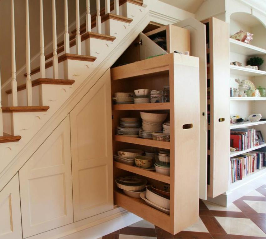 Распашной шкаф под лестницей устанавливают, если помещение располагает достаточной площадью для открытия его дверей
