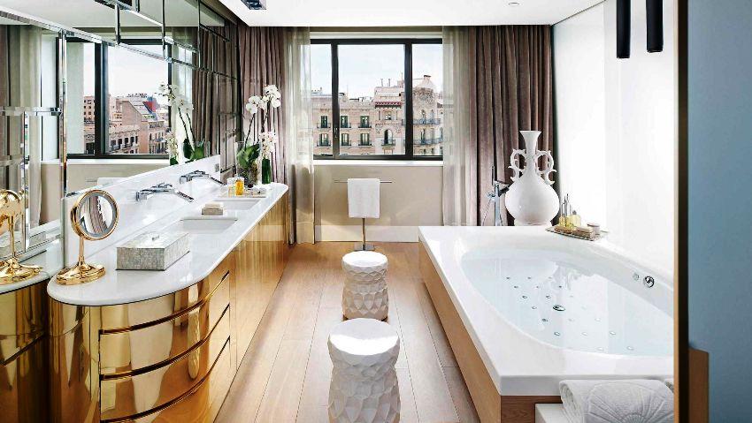 Золотисто-бежевые цвета в интерьере современной ванной выглядят очень красиво и оригинально