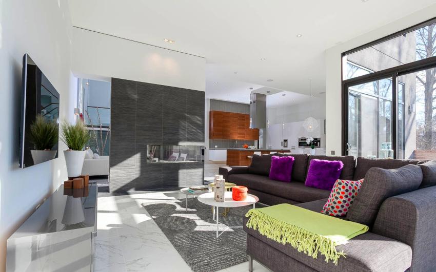 При оформлении потолка в стиле хай-тек используются подвесные конструкции или натяжное полотно