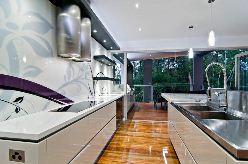 Для напольного покрытия в кухне хай-тек применяется качественный ламинат или паркетная доска