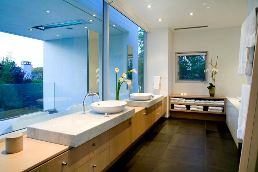Яркое естественное освещение украсит даже самую скучную ванную