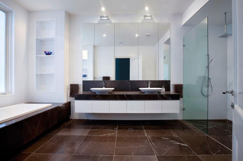 Зонирование ванной в стиле хай-тек осуществляется с помощью цвета и освещения