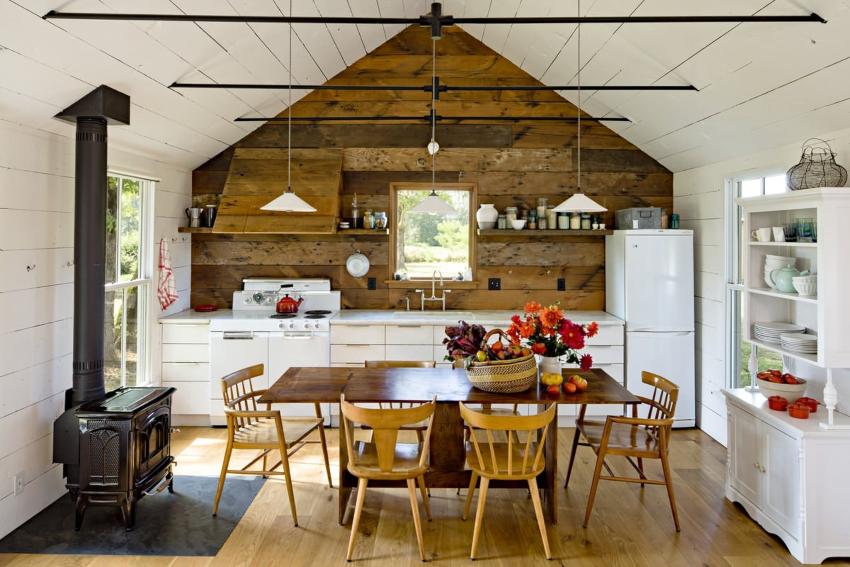 Декор уместный для стиля кантри - это аксессуары из фарфора, бронзы, меди, плетеные предметы, горшки из глины