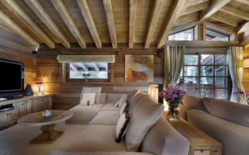 Потолок из необработанных балок или бревен – характерная особенность стиля кантри