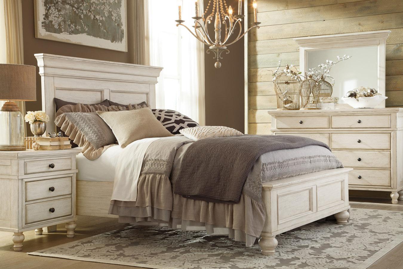 Благодаря сдержанной цветовой гамме, спальня в стиле кантри кажется спокойной, лаконичной и уютной