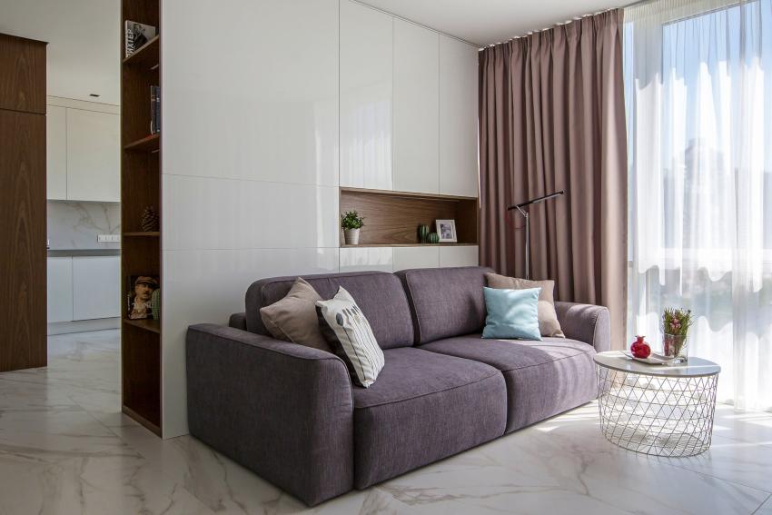 Гостиная в стиле минимализм подразумевает напольное покрытие в виде крупной плитки светлых оттенков