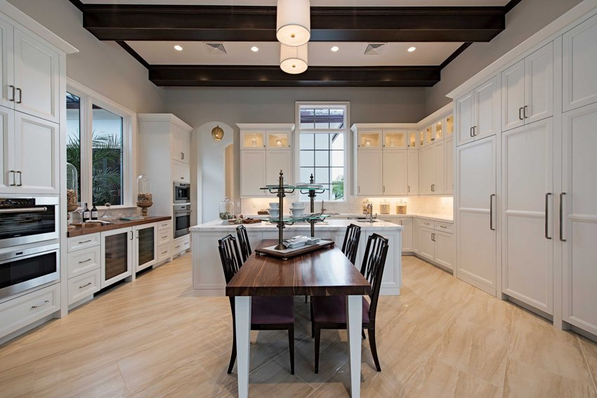 Неоклассический интерьер кухни предполагает использование отделочных материалов высокого качества: роскошный мрамор, благородное дерево, изящное стекло