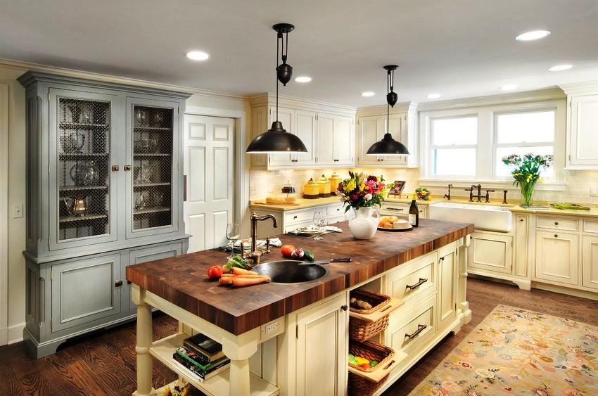 Стеновые поверхности на кухне в стиле прованс могут быть отделаны самыми разными материалами: обоями, красками, штукатуркой, декоративными панелями и др.