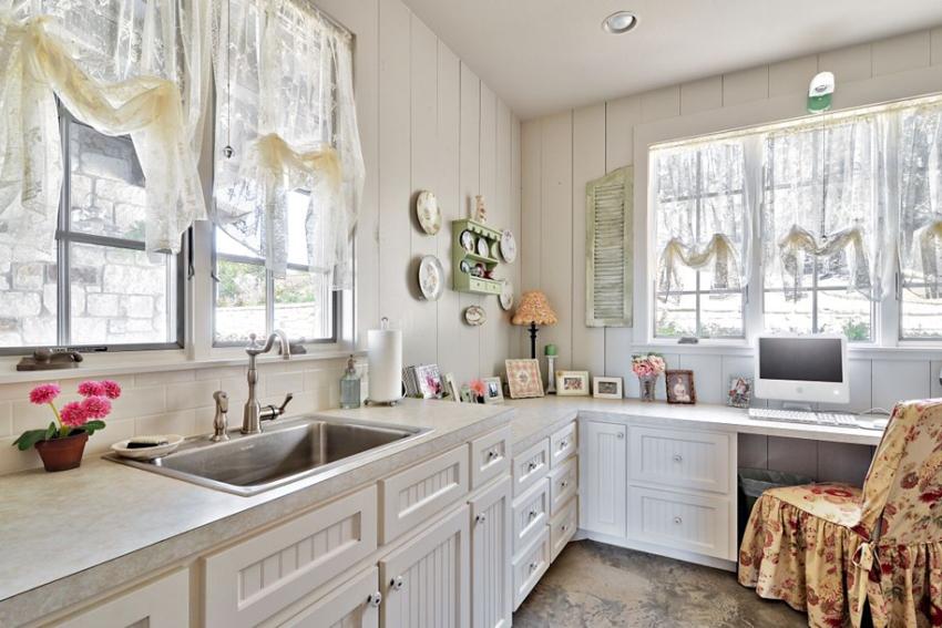 Занавески для кухни в стиле прованс предпочтительно подбирать легкие, без сложных ламбрекенов и украшений