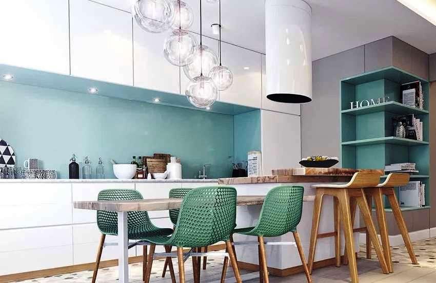 Кухня в современном стиле может быть вынесена в отдельную комнату, либо являться частью студийного пространства
