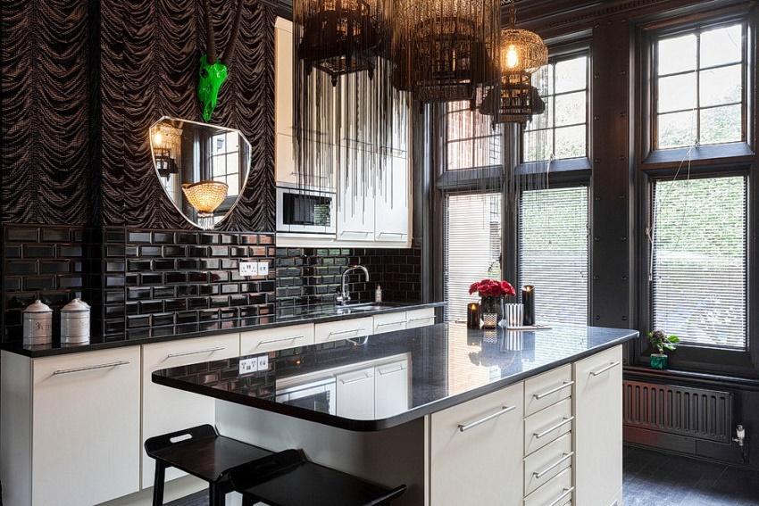 Желательно выбирать столовые приборы и посуду необычных форм, а бытовую технику лучше прятать за фасадами