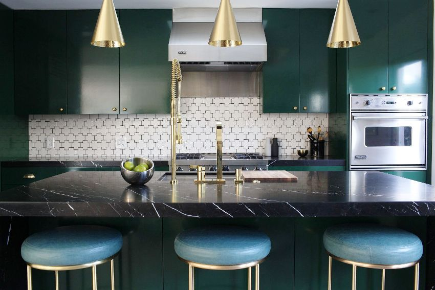 Главной чертой стиля арт-деко на кухне будет использование роскошных и необычных мебельных гарнитуров