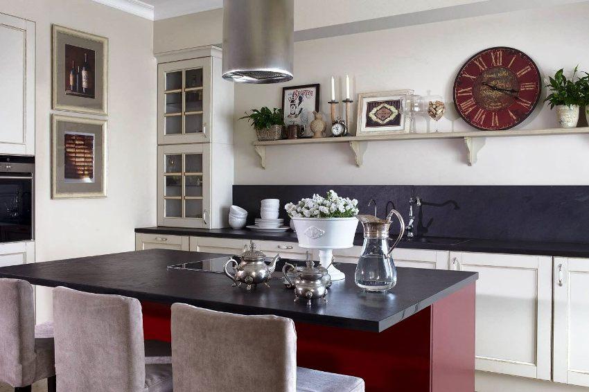 Отделка кухни в классическом стиле должна быть нейтральных оттенков и служить фоном для мебели