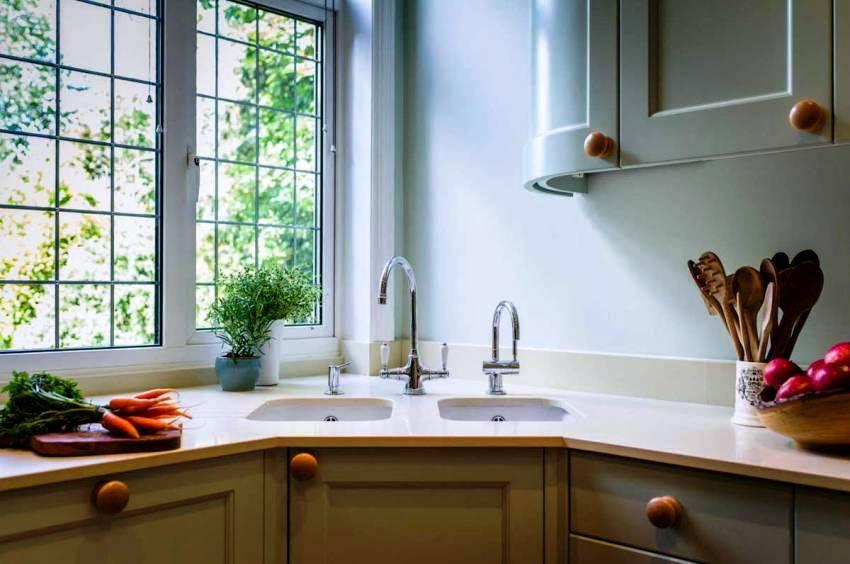 Если кухня недостаточно велика, то будет уместным подумать об установке именно угловой мойки