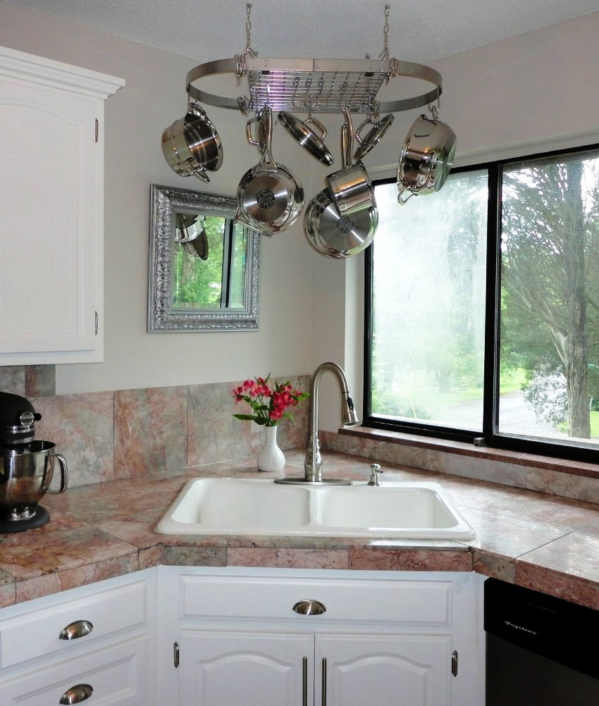 Прямые тумбочки под мойку, чаще всего оснащены двумя дверками и являются более функциональными