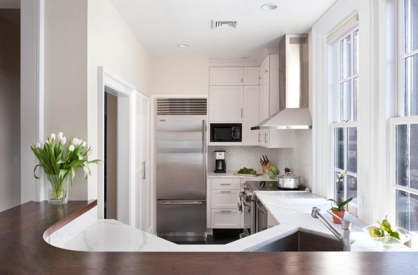 Для того, чтобы освободить на кухне пространство, можно обустроить угловой рабочий треугольник, центром которого станет кухонная мойка с тумбой