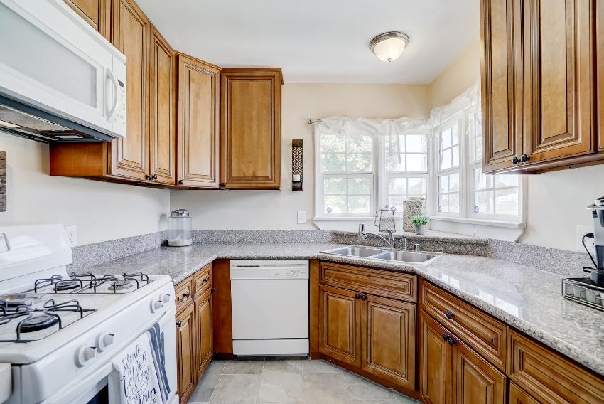 Мойки из металлов особенно хорошо смотрятся в классических и традиционных кухонных интерьерах
