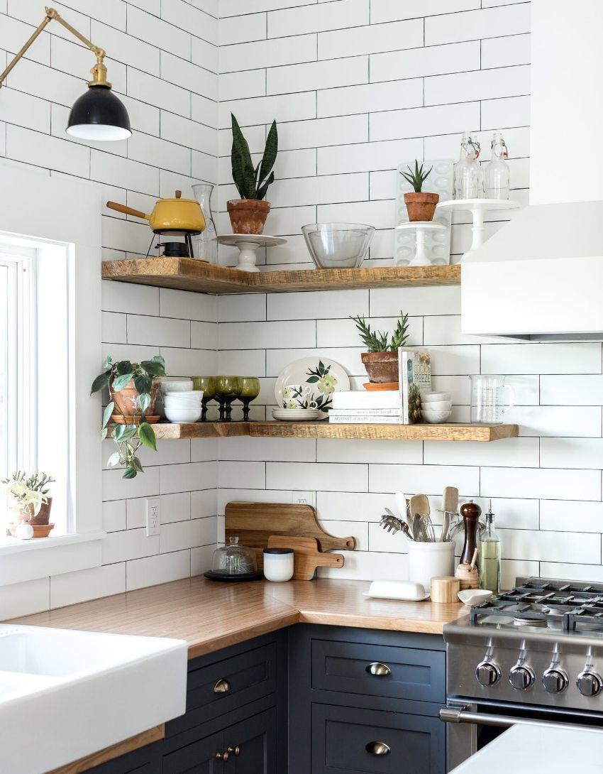 Благодаря применению навесных полок при оформлении интерьера кухни, помещение приобретает завершенный вид