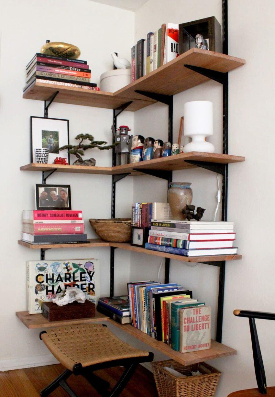 Деревянные полки станут отличным украшением комнаты и функциональным предметом для хранения бытовых принадлежностей