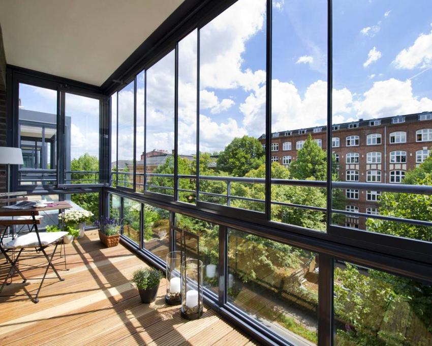 Если длина балкона превышает 5-6 м, его рекомендуется застеклять алюминиевыми окнами