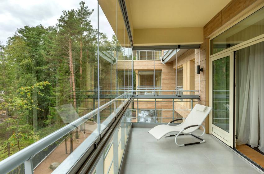 Безрамное остекление балконов подразумевает отсутствие рам, перекладин и створок