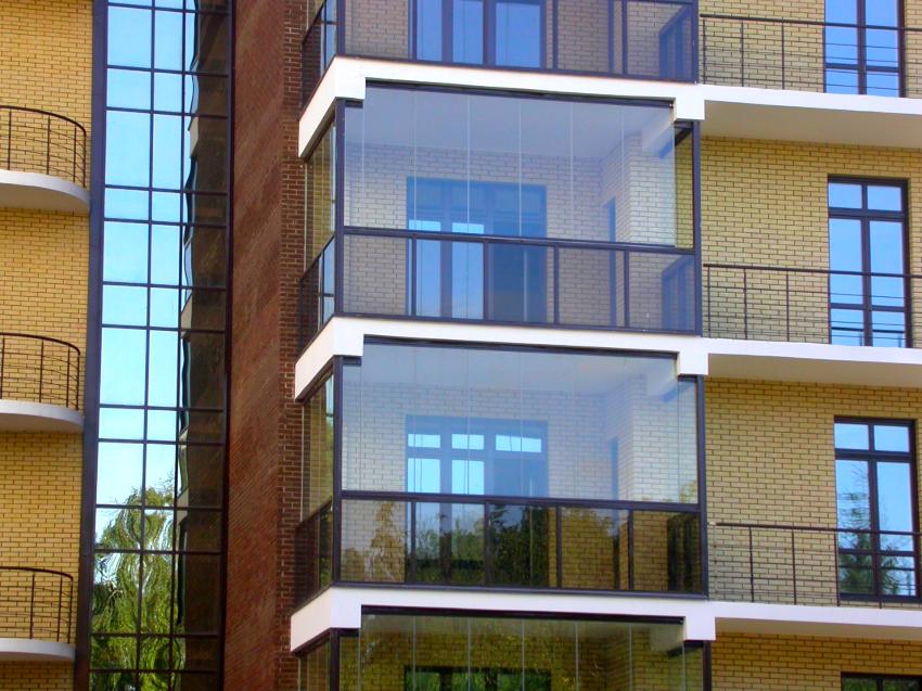 Застекленный балкон может иметь рамную или безрамную конструкцию
