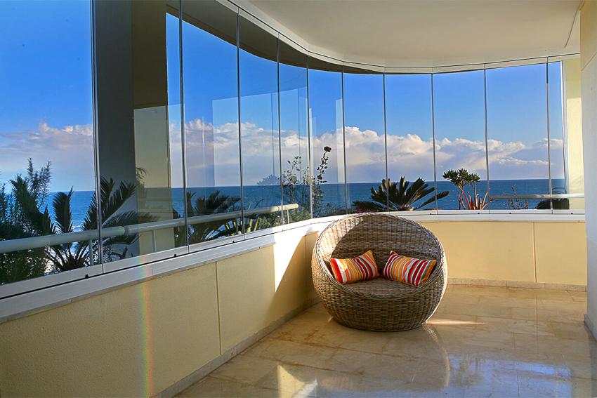 Остекление балкона или лоджии имеет несколько видов: традиционное, французское, евроостекление