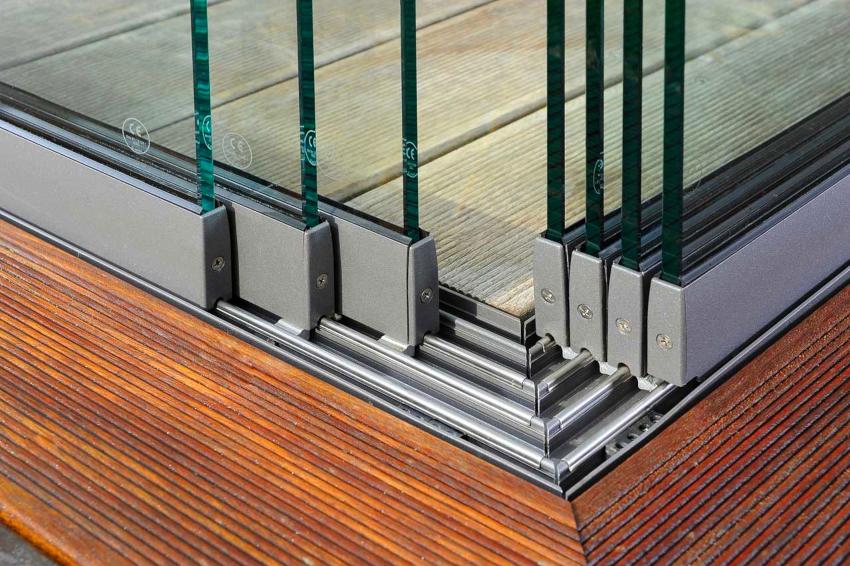 В безрамной конструкции используется раздвижная или складная система открывания