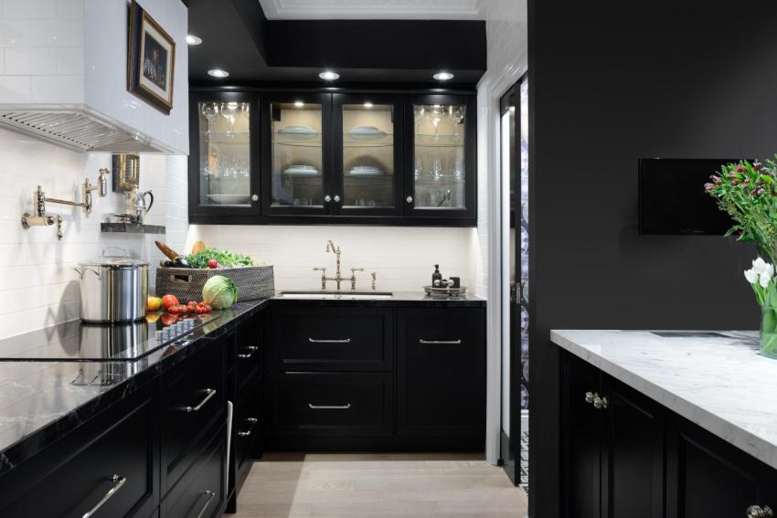Черный цвет способствует визуальному уменьшению кухонного пространства