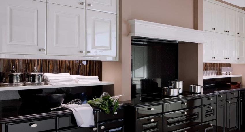 Кухня, где верхняя часть гарнитура выполнена в белом цвете, а нижняя в черном, выглядит элегантно и официально