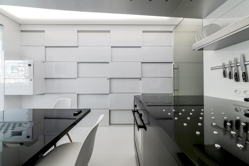 В перечне стильных интерьеров, оформленных в контрастных тонах, пальму первенства держит черно-белая глянцевая кухня