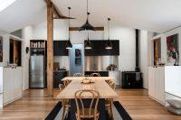 В черно-белой кухне оригинально будут смотреться отдельные детали и предметы мебели, выполненные в третьем цвете