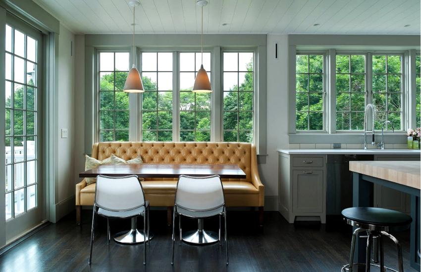 Прямые модели диванов подходят под любые варианты интерьеров