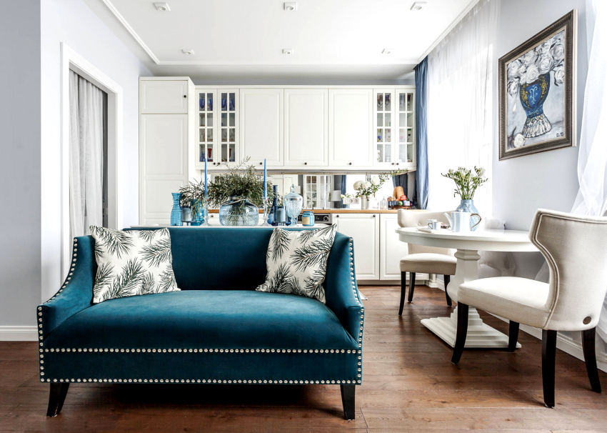 Прямые кухонные диваны нужно размещать так, чтобы они визуально не перегружали пространство комнаты