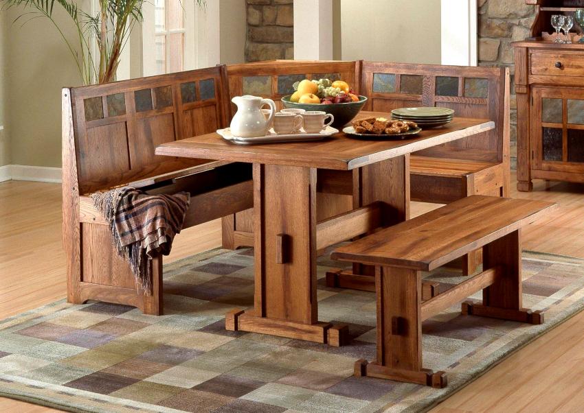 Диван-скамейка для кухни бывает двух типов – жесткой и мягкой