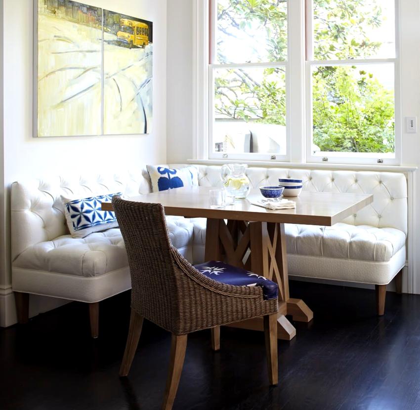 Маленькие диванчики несложно органично вписать в интерьер помещения, независимо от его габаритов