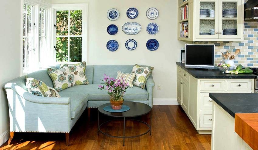 Идеальным вариантом расположения небольшого дивана считается зона под оконным проемом