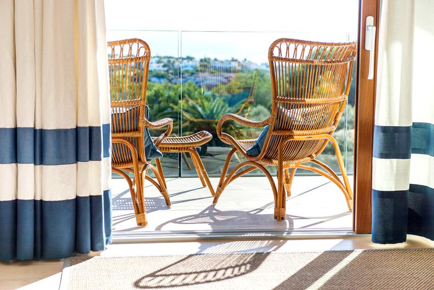 На открытых балконах рекомендуется устанавливать мебель плетеную из ротанга, пластиковую или металлическую