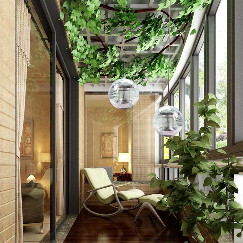 Выполнить красивую лоджию можно посредством укладки на пол деревянных панелей, ламината, паркетной доски или ковролина