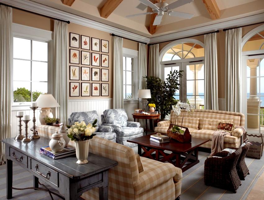 В прованской гостиной колоритно будут выглядеть антикварные или отреставрированные элементы