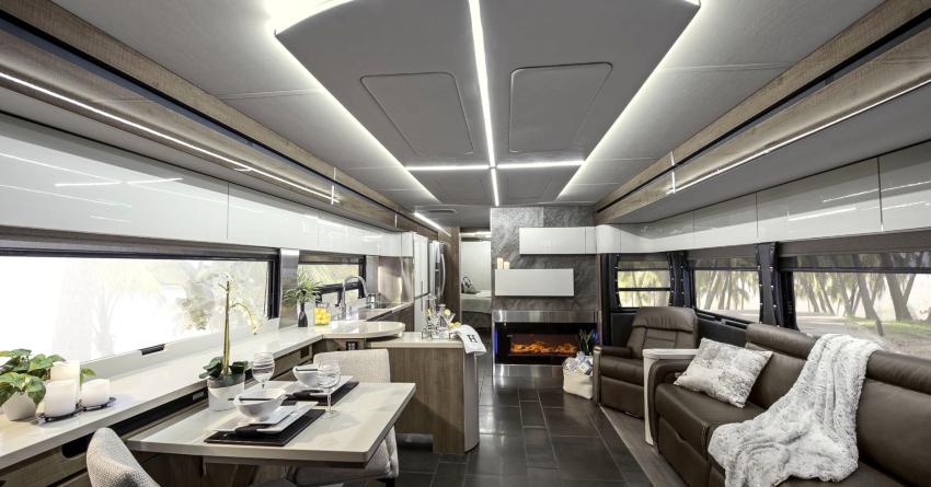 Дизайн интерьера гостиной в стиле хай-тек оформляется с применением белого, черного и серого цветов