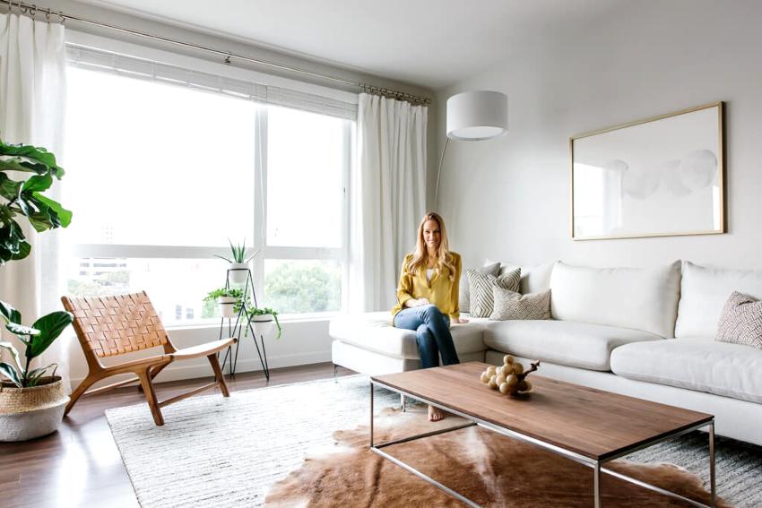 Гостиная комната в стиле минимализм должна купаться в обилии естественного освещения