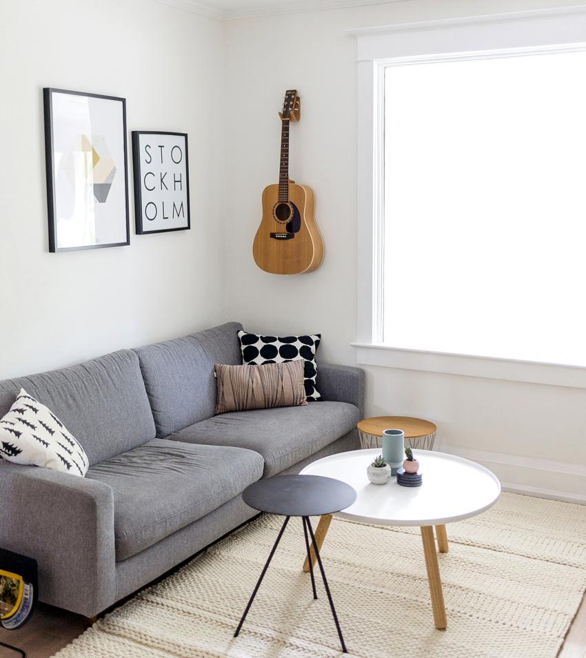 Декоративные элементы в минималистической гостиной практически отсутствуют